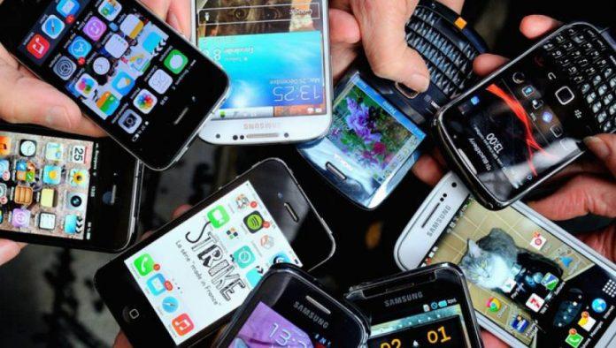 people-holding-smartphones