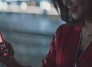 Woman wearing a red jacket and holding the Meitu T8
